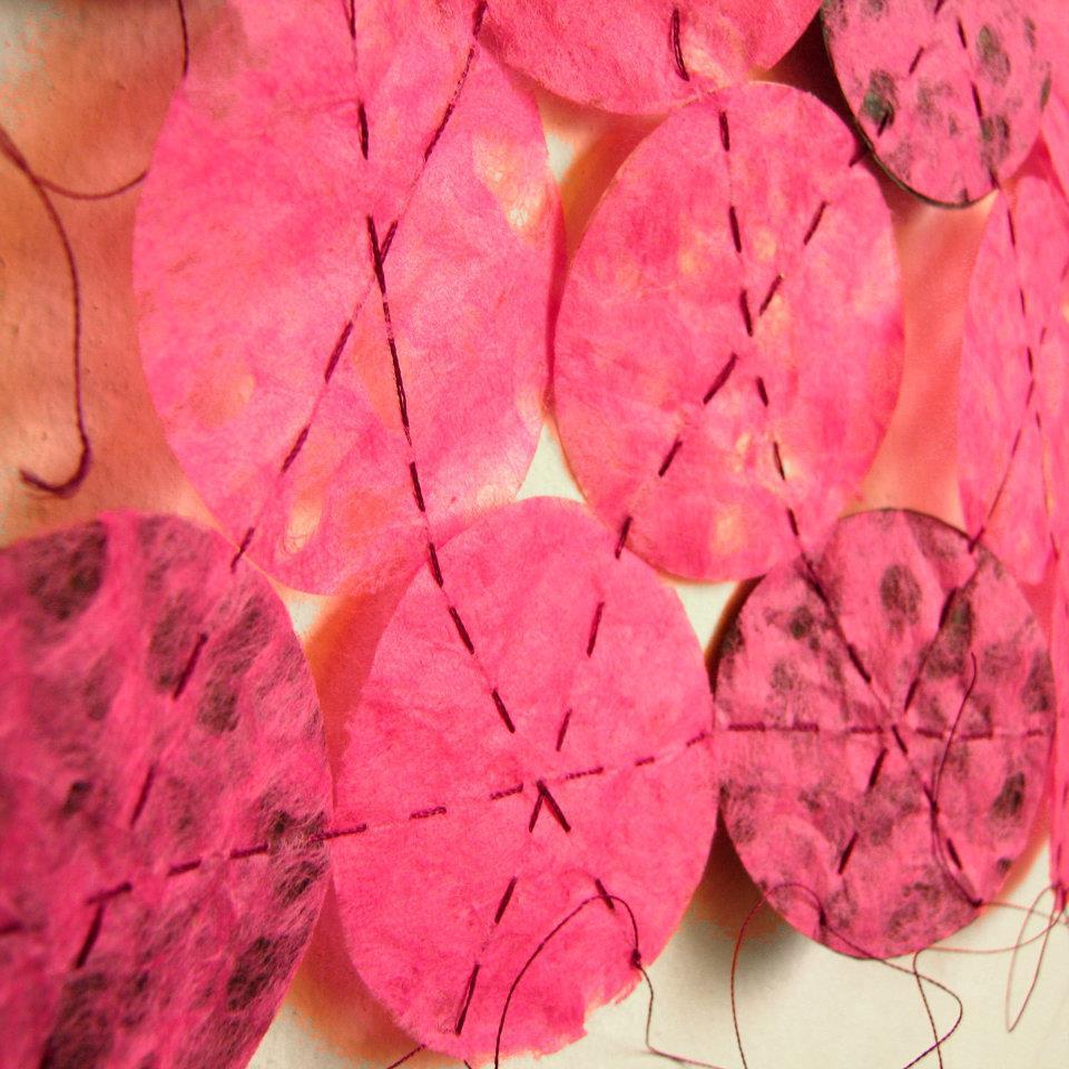 Módulos de papel. Papel artesanal, papel volantín e hilo de bordar. 2012