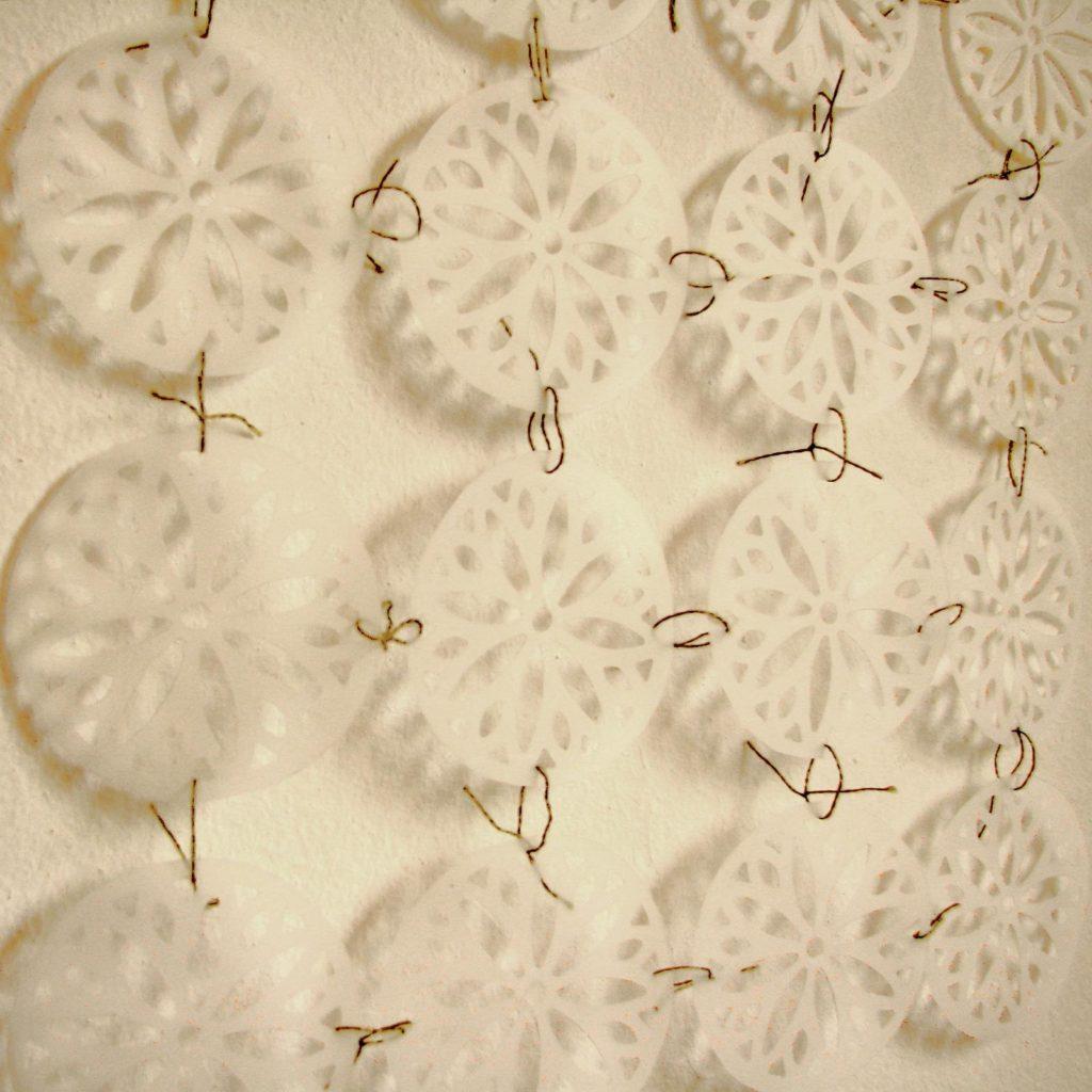 Módulos de papel. Papel vegetal perforado e hilo de bordar. 2012
