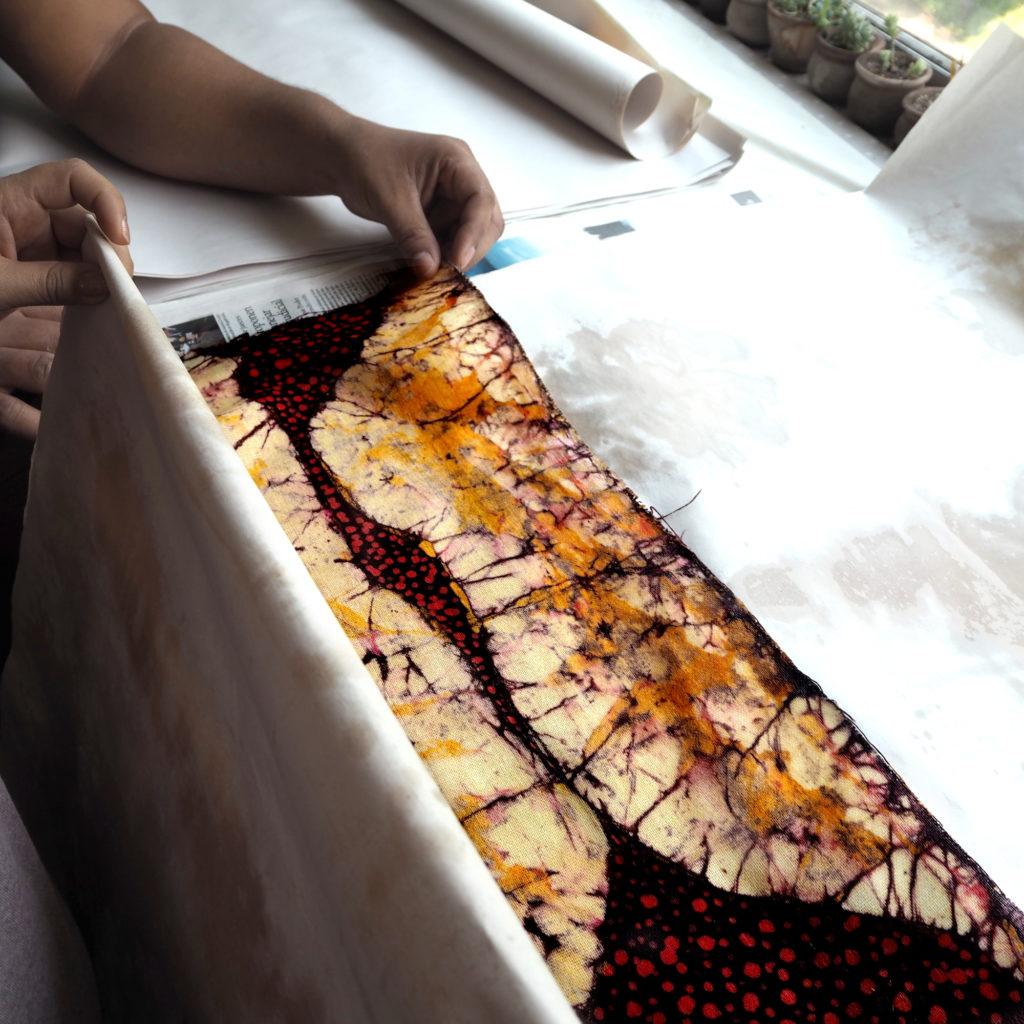 Batik desencerado con plancha y papel