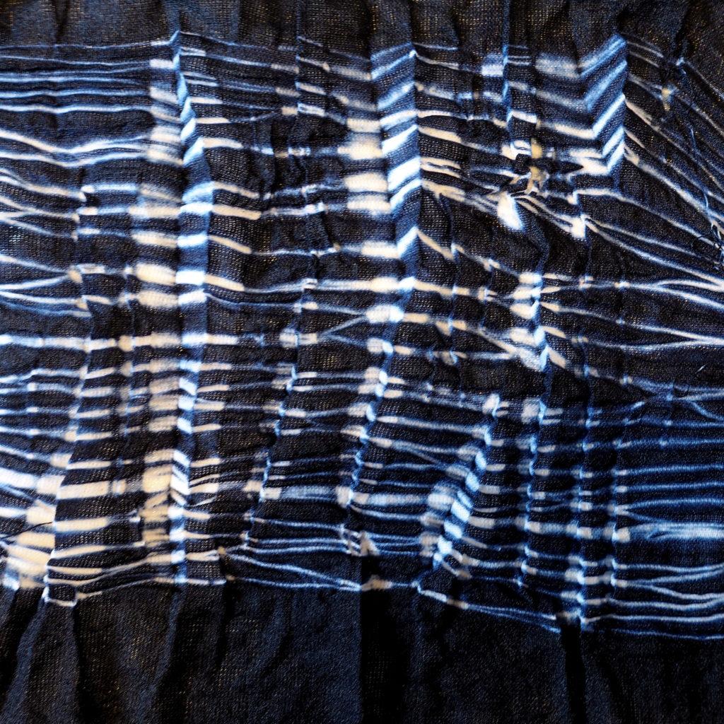 Detalle de arashi con arrugas finas sobre tela delgada