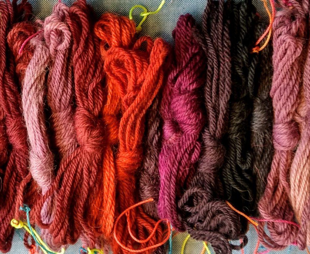 Muestras de teñido con COCHINILLA sobre lana y alpaca