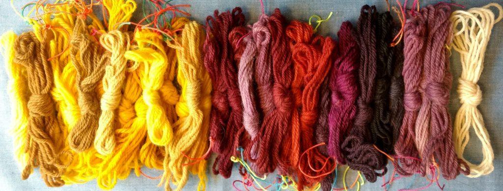 Muestras de alpaca y lana de oveja. Teñidas con cúrcuma / cochinilla, mordientes, acentuador y modificador de color.