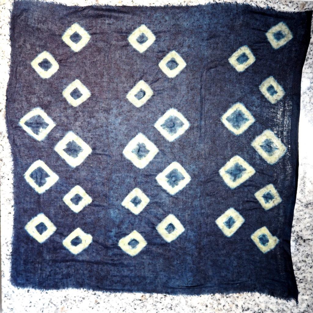 Shibori por amarras teñido con índigo natural