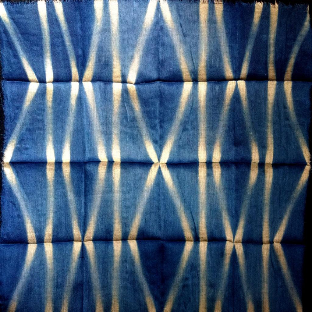 Itajime plegado cuadrado teñido con índigo