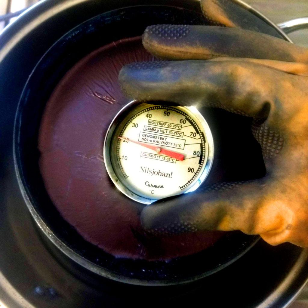 midiendo temperatura de la tina de índigo