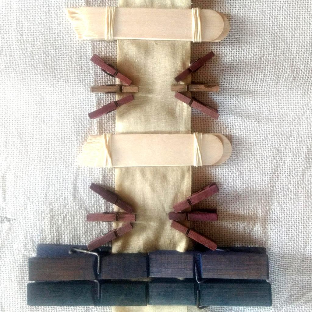 Itajime-shibori. Plegado en franjas + reservas con pares madera y elásticos + perritos
