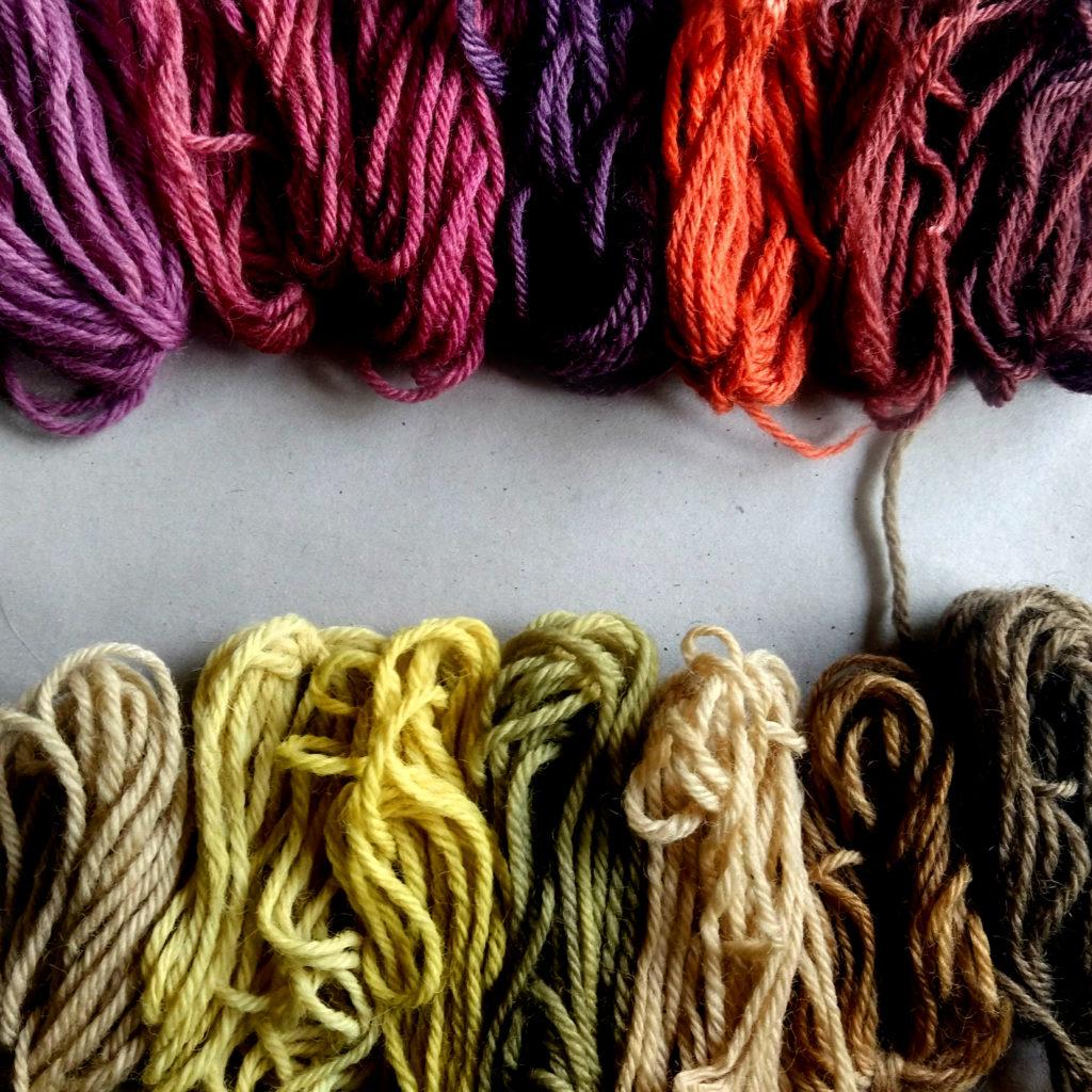 Teñidos con cochinilla y diente de león sobre lana.