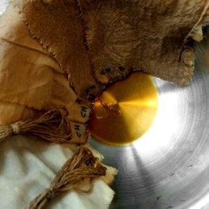 Teñido con extracto de chestnut bark (alto en tanino)